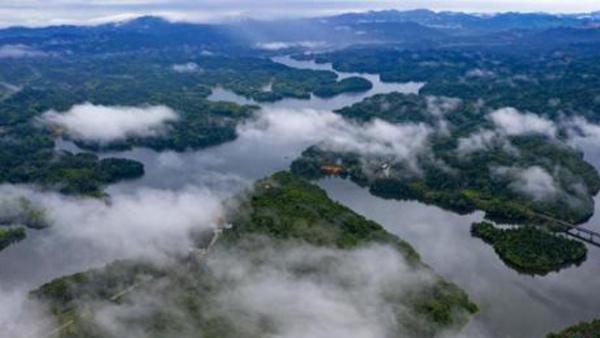 航拍江西仙女湖云雾缭绕 美如仙境