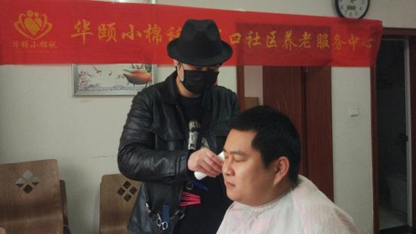 理发师志愿者义务为记者理发