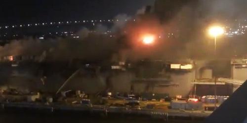 美军爆炸起火两栖攻击舰舰岛已被烧着?动用直升机洒水灭火
