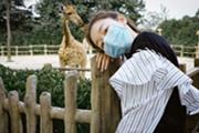 周冬雨戴口罩游动物园 笑眼弯弯心情佳