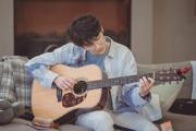 张新成穿蓝色衬衫清爽帅气 怀抱吉他少年感满满