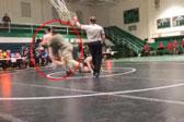 美父亲冲上摔跤赛场扑倒选手 因其犯规摔倒自己儿子