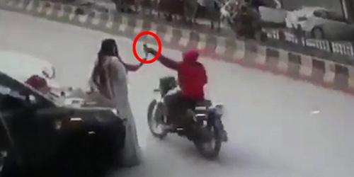 监控视频!印度两名女子路边自拍时手机被骑摩托小偷顺势抢走