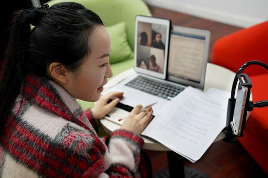 新课网上开讲 七成受访中小学生家长感到负担增加了