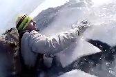 俄父子贝加尔湖面上徒步时掉入冰水中 幸脱身