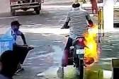 印度一男子骑摩托车过检查点消毒时不慎着火