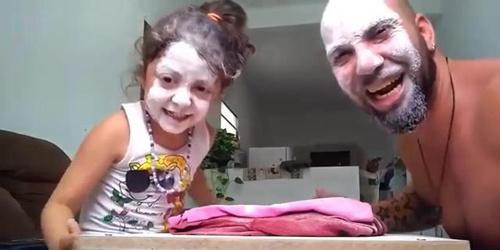 """巴西父亲与女儿玩""""石头剪刀布""""走红 网友:心情一下好了"""