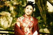 刘嘉玲穿旗袍搭配丸子头复古有韵味