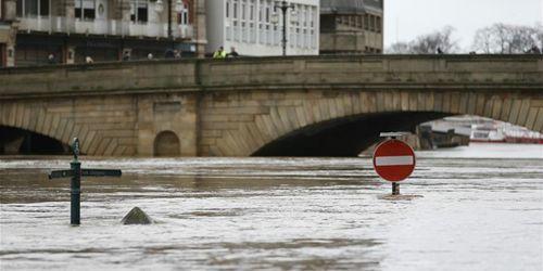 """风暴""""丹尼斯""""来袭 英国部分地区遭受洪水侵袭"""