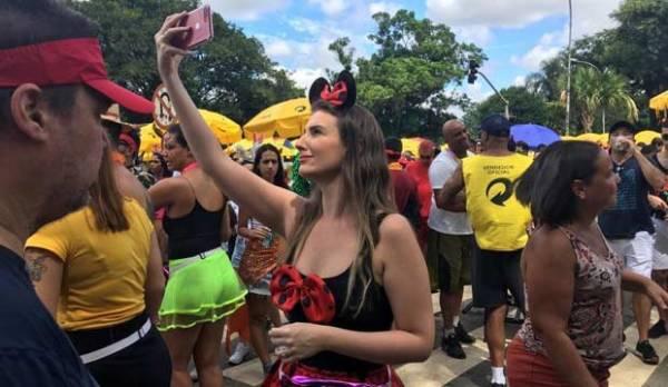 巴西圣保罗街头狂欢 人山人海热闹非凡