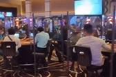 美国一赌场恢复营业后用塑料板隔开客人