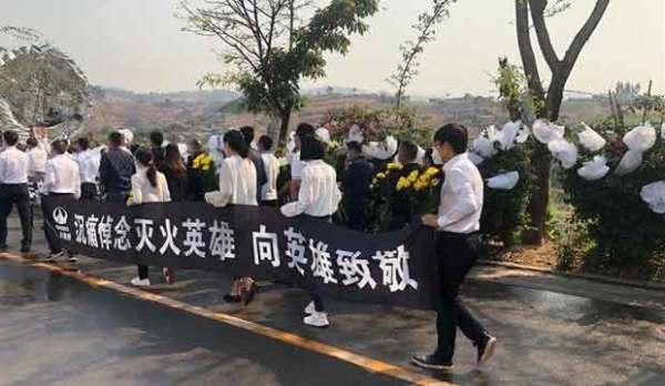 西昌市民自发到殡仪馆悼念牺牲扑火队员