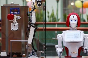俄罗斯商场现机器人服务员动作娴熟样样行