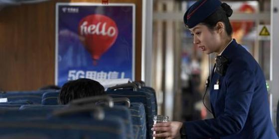 忙碌在春运期间的宁夏首条高铁上