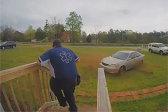 美男子出门遇到失控车辆冲向自己 紧急躲过车祸