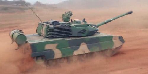 藏族女兵娴熟驾驶15式坦克首次实弹射击发发命中