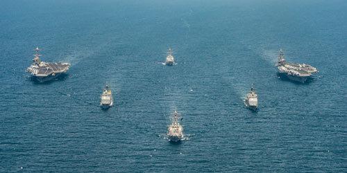 美国双航母战斗群在伊朗附近集结 还出动战略轰炸机