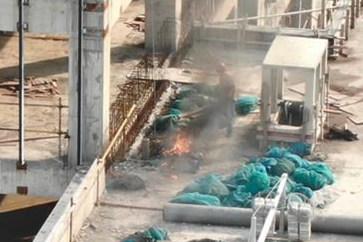 无人机巡逻发现工地失火,喊话工人及时扑灭