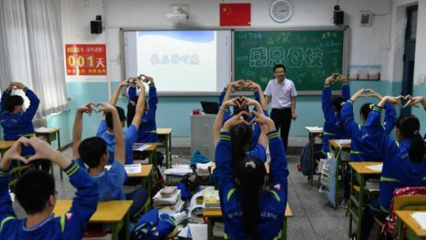 高考前 同学们向班主任做比心手势