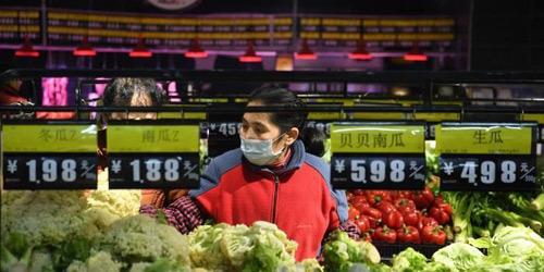 重庆社区超市生活物资充足 民众戴口罩出行选购