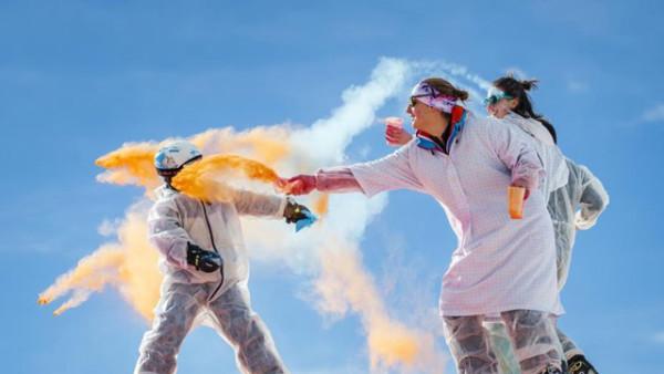 """瑞士""""彩色滑雪节"""" 缤纷粉末挥洒"""