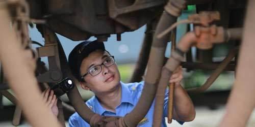 重庆:列车检修保障暑运安全