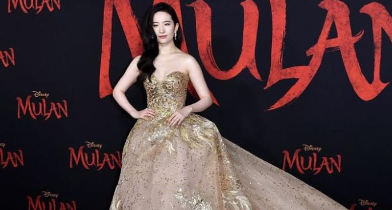 电影《花木兰》首映礼红毯 刘亦菲貌美如仙女
