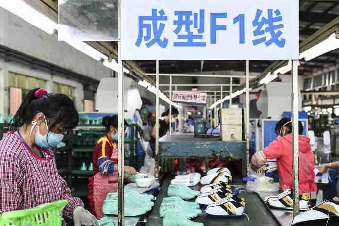 广西桂平:扶贫车间复工赶订单