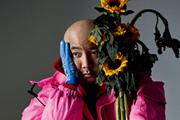 徐峥杂志大片曝光 穿粉夹克手拿向日葵表情呆萌可爱