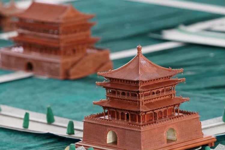 """八旬老人20年建微型""""西安城"""" 10万零件未用胶水"""