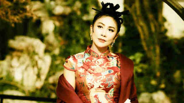 刘嘉玲丸子头造型古典风浓 完善hold住旗袍超有韵味