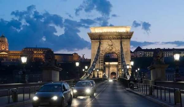 布达佩斯链子桥点亮灯光 向医护人员致敬