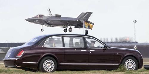 英国女王到访皇家空军基地现场观摩F-35B垂直降落