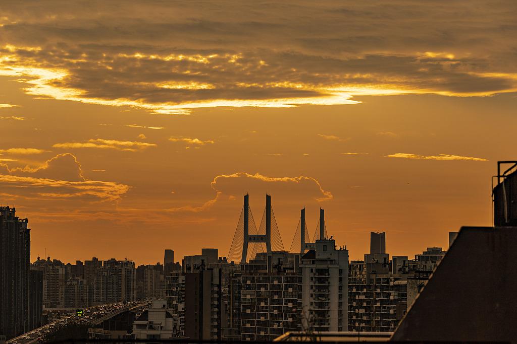 """上海:日落时分天空现""""金边云"""""""