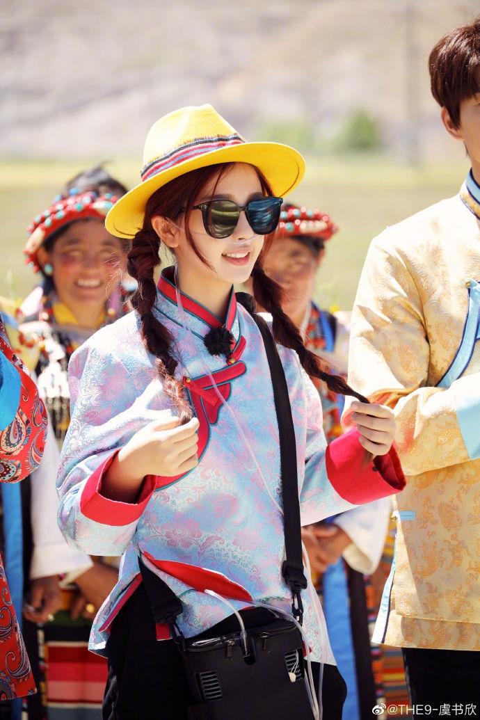 虞书欣穿传统民族服饰清新靓丽自曝曾因高原反应一直吸氧