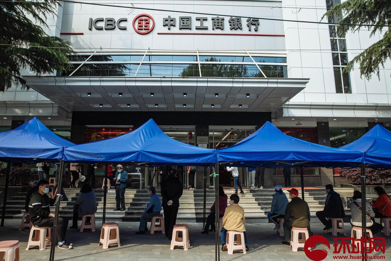 武汉解封首日,市民戴口罩外出锻炼、逛街