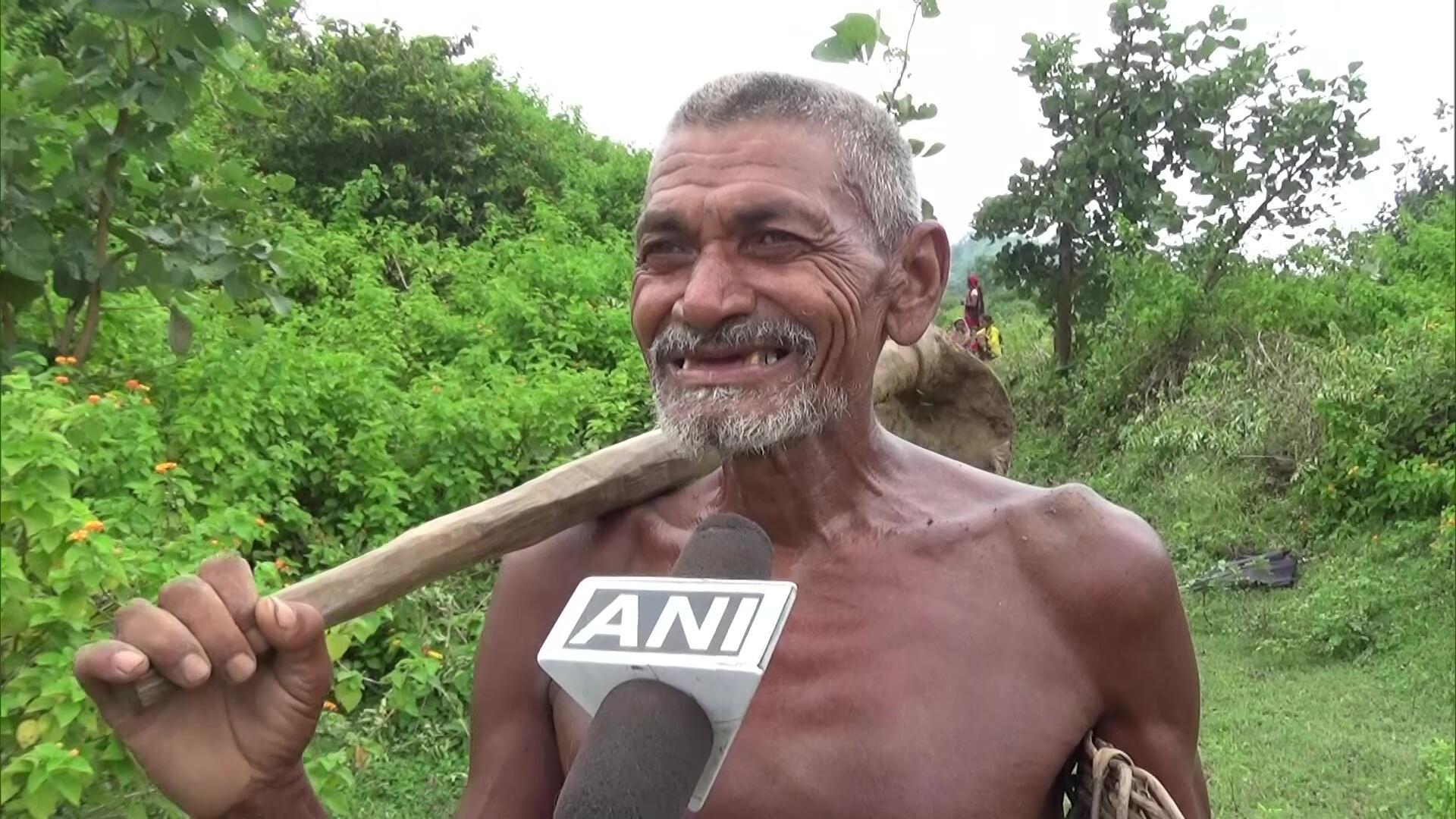 环球ug注册:惠及全村!印度男子花30年挖3公里长水渠,从山上引水到村里 第2张