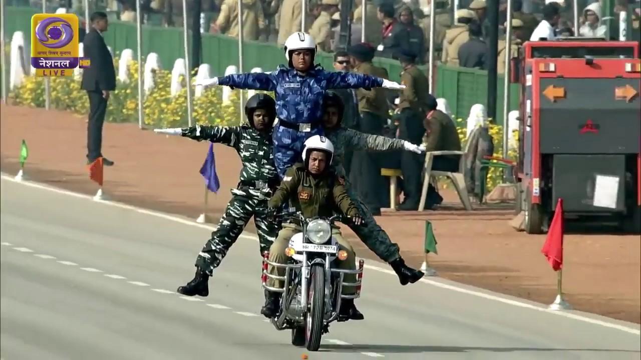 印度阅兵摩托车特技又出新花样全女兵车队上阵
