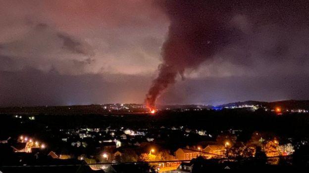 英国一列柴油货运列车在威尔士出轨起火 数百居民被疏散