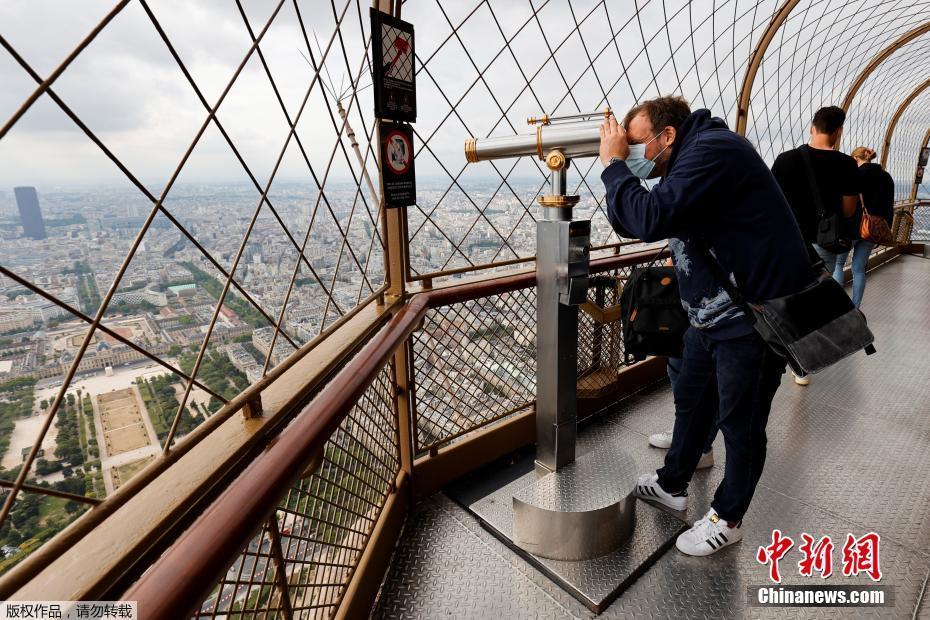 埃菲尔铁塔顶层开放 吸引游客俯瞰巴黎