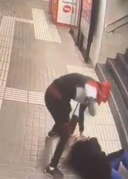 震惊!西班牙巴塞罗那一地铁站劫匪暴力抢劫一女子手提包