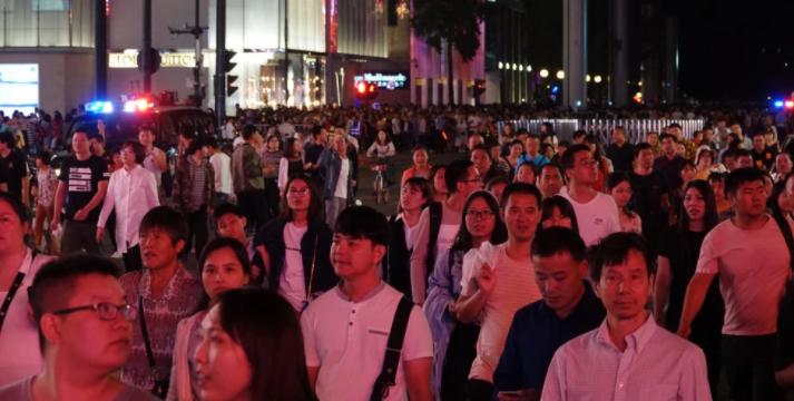 西湖边1000人突然拦成一道墙!游客被暖到,本地人波澜不惊:这很杭州...