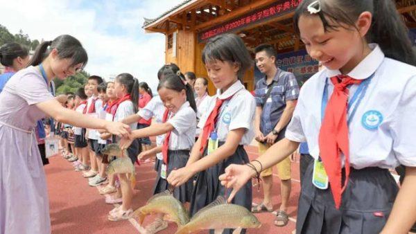 山区小学期末奖励发猪肉、发鱼