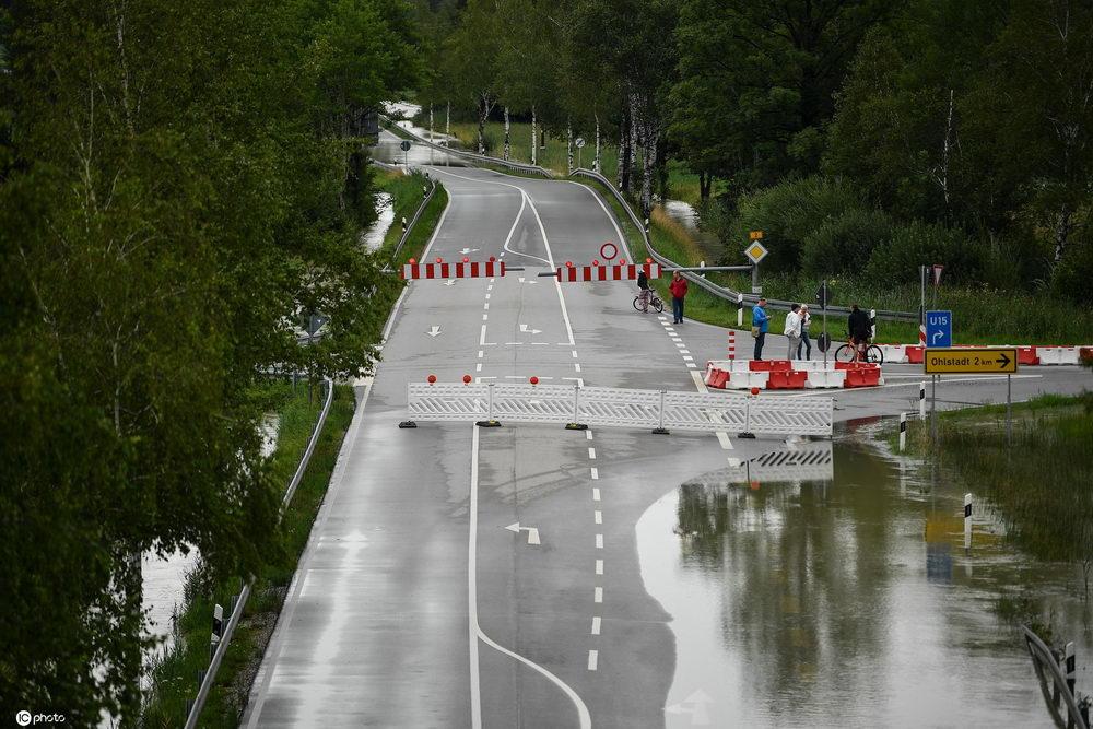 德国巴伐利亚州暴雨引发洪灾道路遭水淹