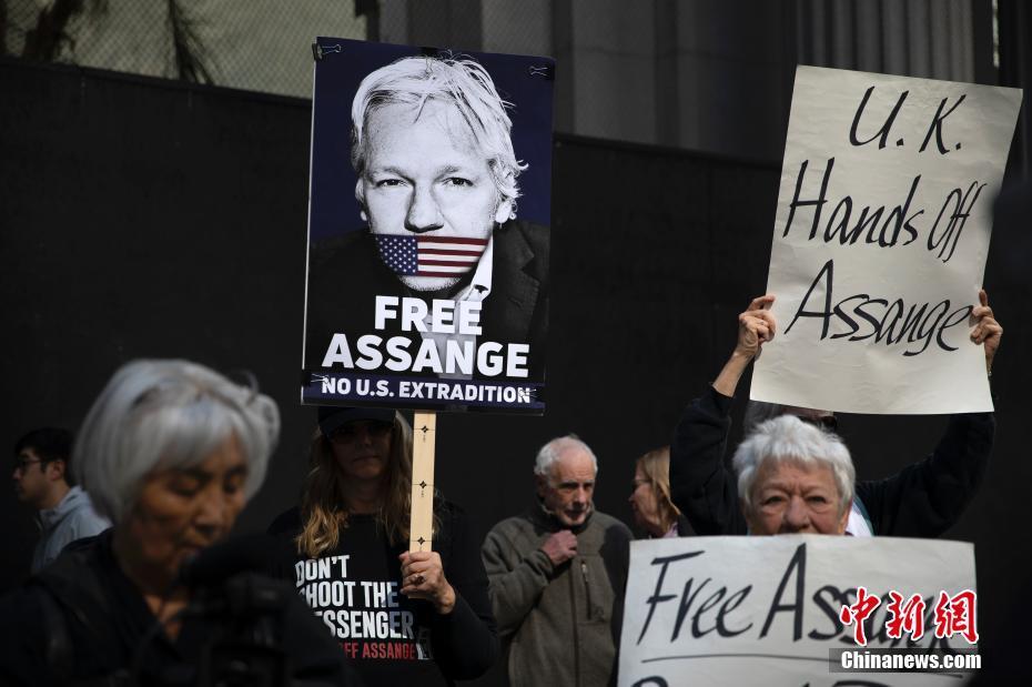 美国旧金山民众集会声援阿桑奇