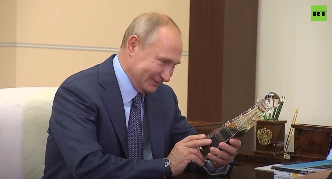 ug环球app下载:俄石油总裁送一瓶顶级石油 普京乐了:比中东的还好(图) 第4张