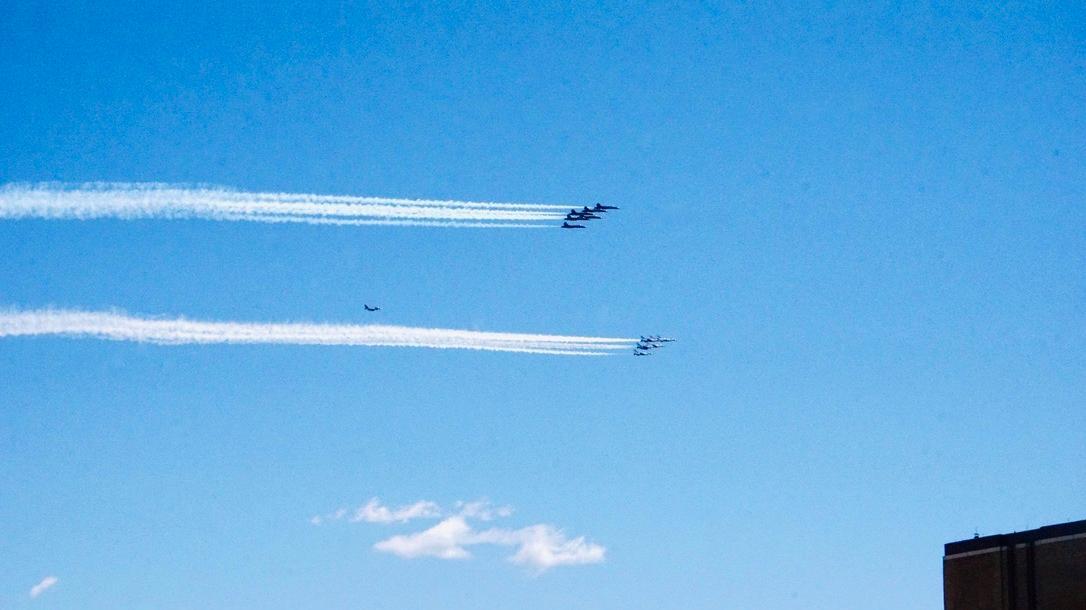 美国空军纽约飞行表演 为一线医务人员加油