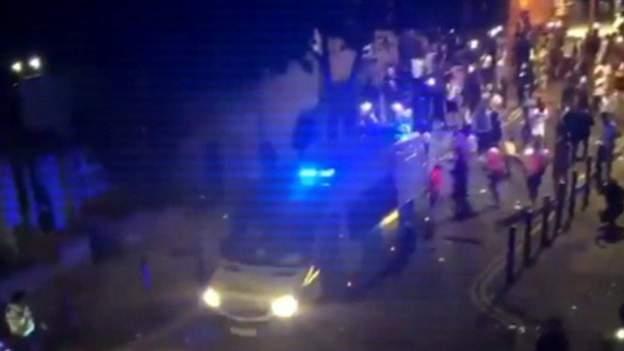 环球ug开户:突发!伦敦陌头暴力冲突,警员被打跑 第1张