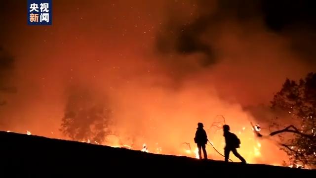 美国加州山火连续肆虐 降雨无望削弱火势 第2张