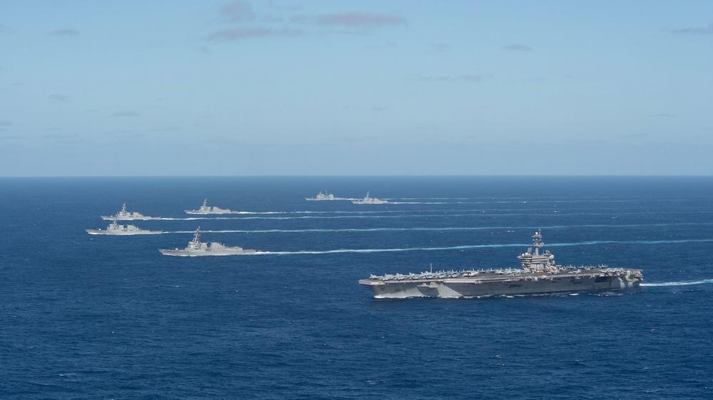 美军航母正开往亚太地区部署半路还不忘秀肌肉